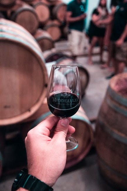 Wine tasting tips for beginners would be incomplete, not to mention the visual aspect of wine tasting.